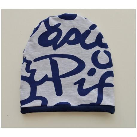 Szara czapka z napisami