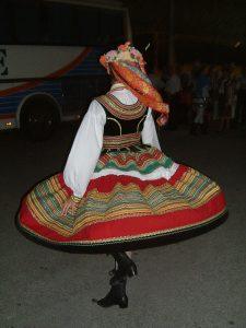 Tancerka z zespołu w stroju lubelskim.